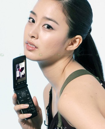 model displaying the lg sv300 wine phone 2263