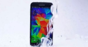 Samsung Galaxy S5 takes ALS Ice Bucket Challenge